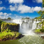 Iguacu, Brezilya ve Arjantin sınırında bulunan Dünya'nın en büyük şelale serisi