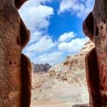 Bir mezar kapısından görünüm. Ürdün Pedra. Gergi tavan baskı görseli