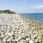 Sahilde çakıl taşlı deniz ve sahil görünümü gergi tavan baskı görseli